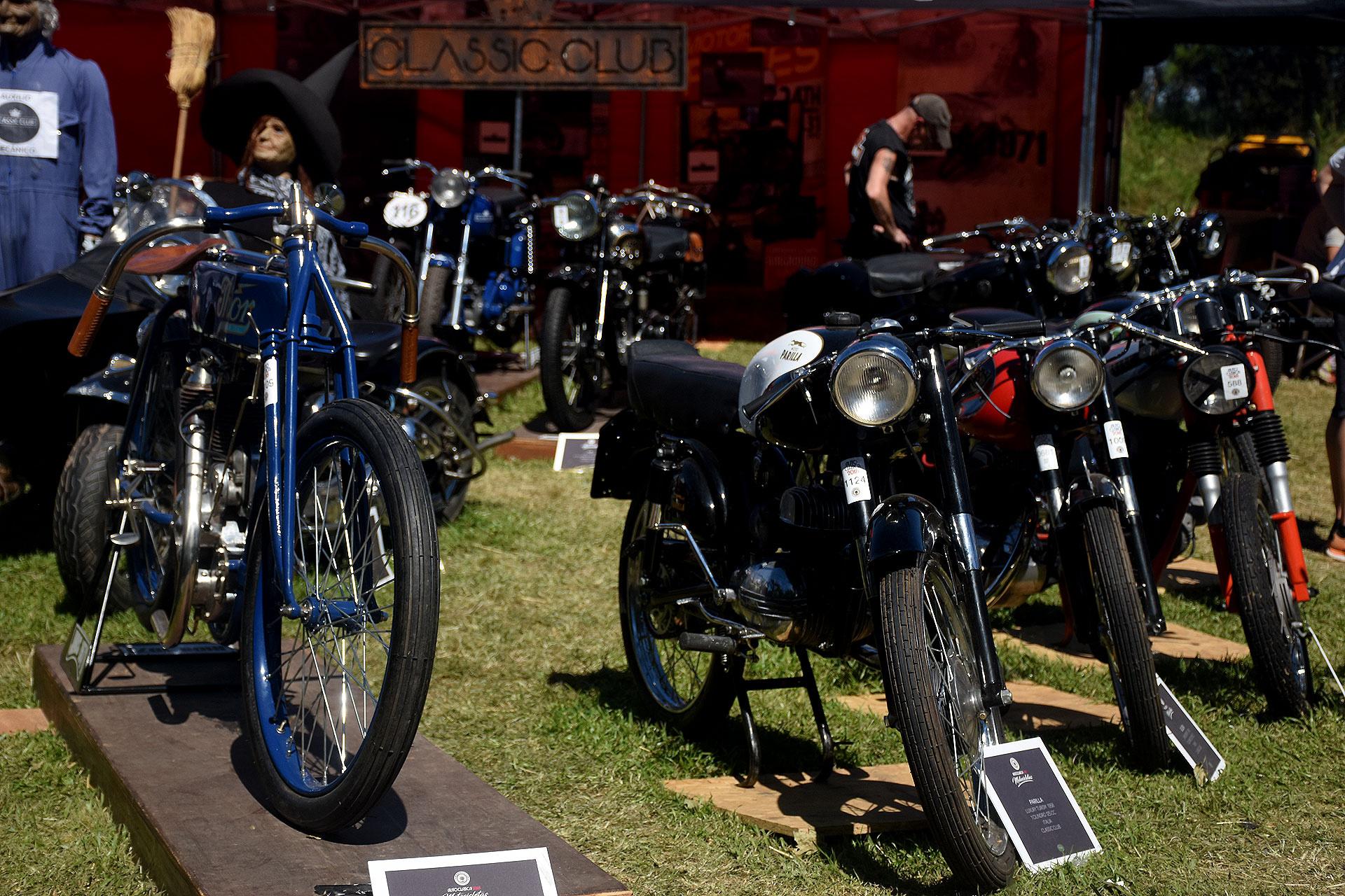 En la calle de acceso del Hipódromo de San Isidro se repartieron espacio 32 clubes de automóviles clásicos. Enfrente se ubicaron, en una de las vías secundarias, los 10 clubes de motos históricas