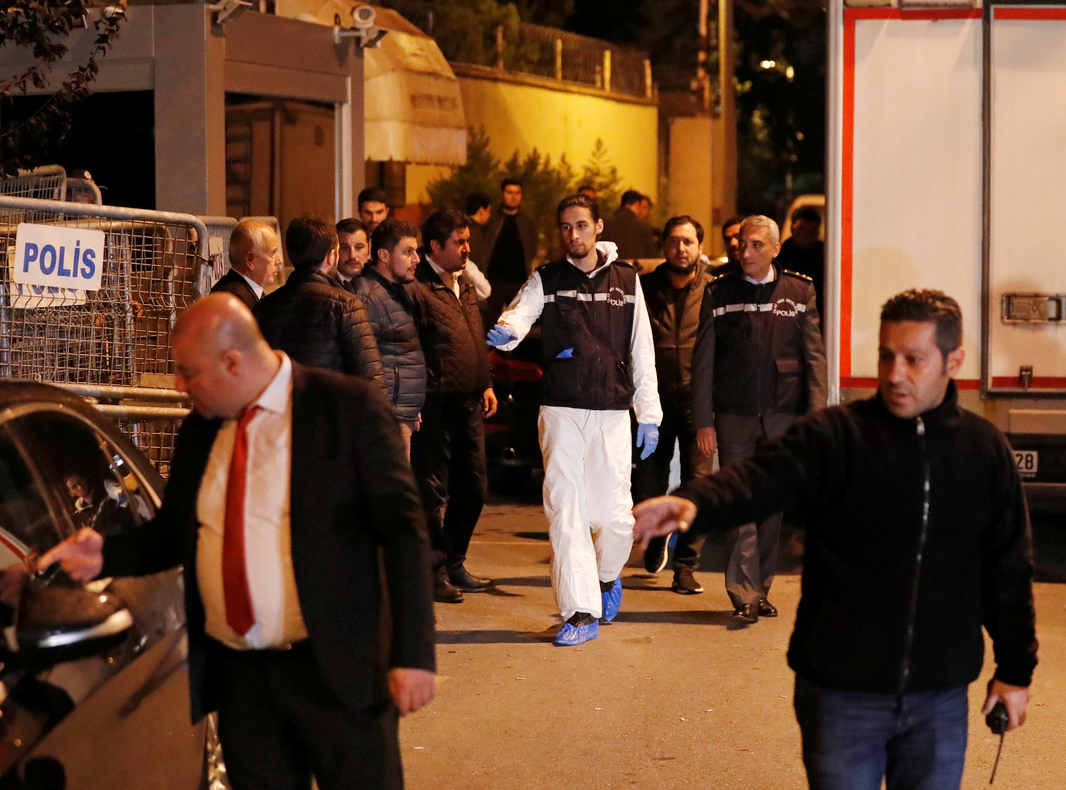 Expertos forenses se retiran de la sede diplomática (Reuters)