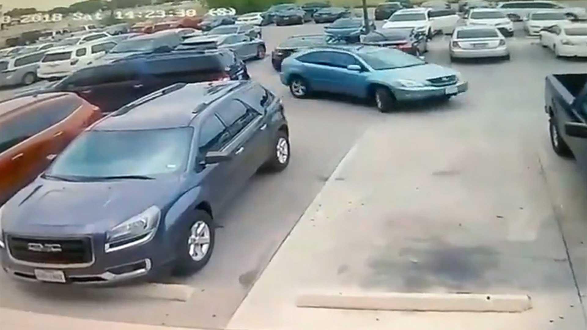 El hombre estaba por aparcar, pero una conductora se le adelantó y estacionó primero