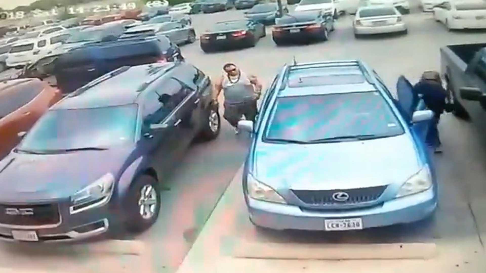 El conductor se bajó para recriminarle la acción