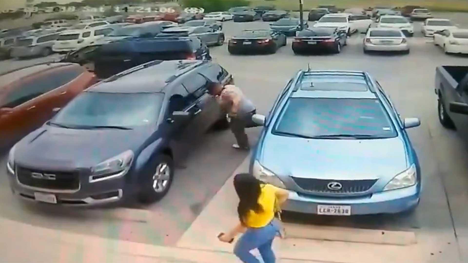 En un ataque de ira, el hombre pateó el vehículo