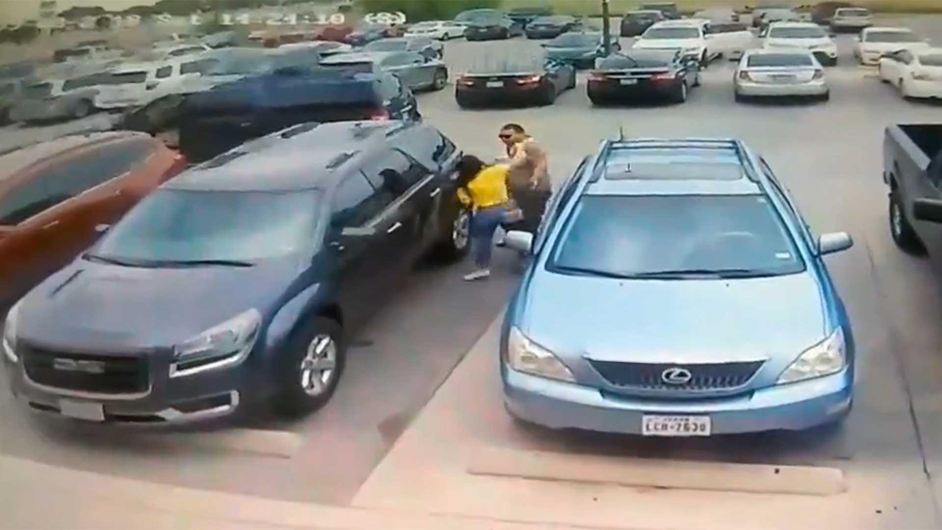 Al verlo, la joven fue a buscarlo y lo golpeó