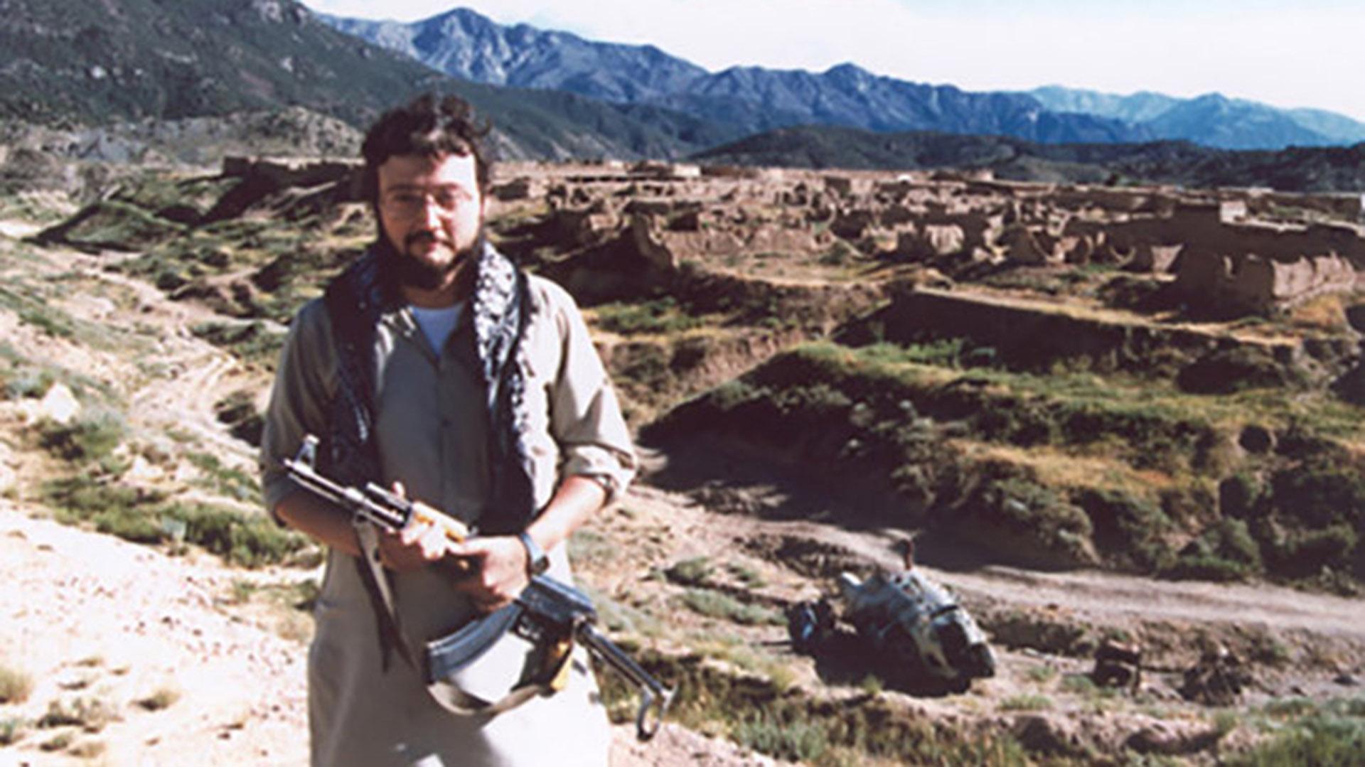 Khashoggi en Afganistán, con el atuendo típico y sosteniendo un AK-47. Esta foto enojó a sus editores (New York Times)