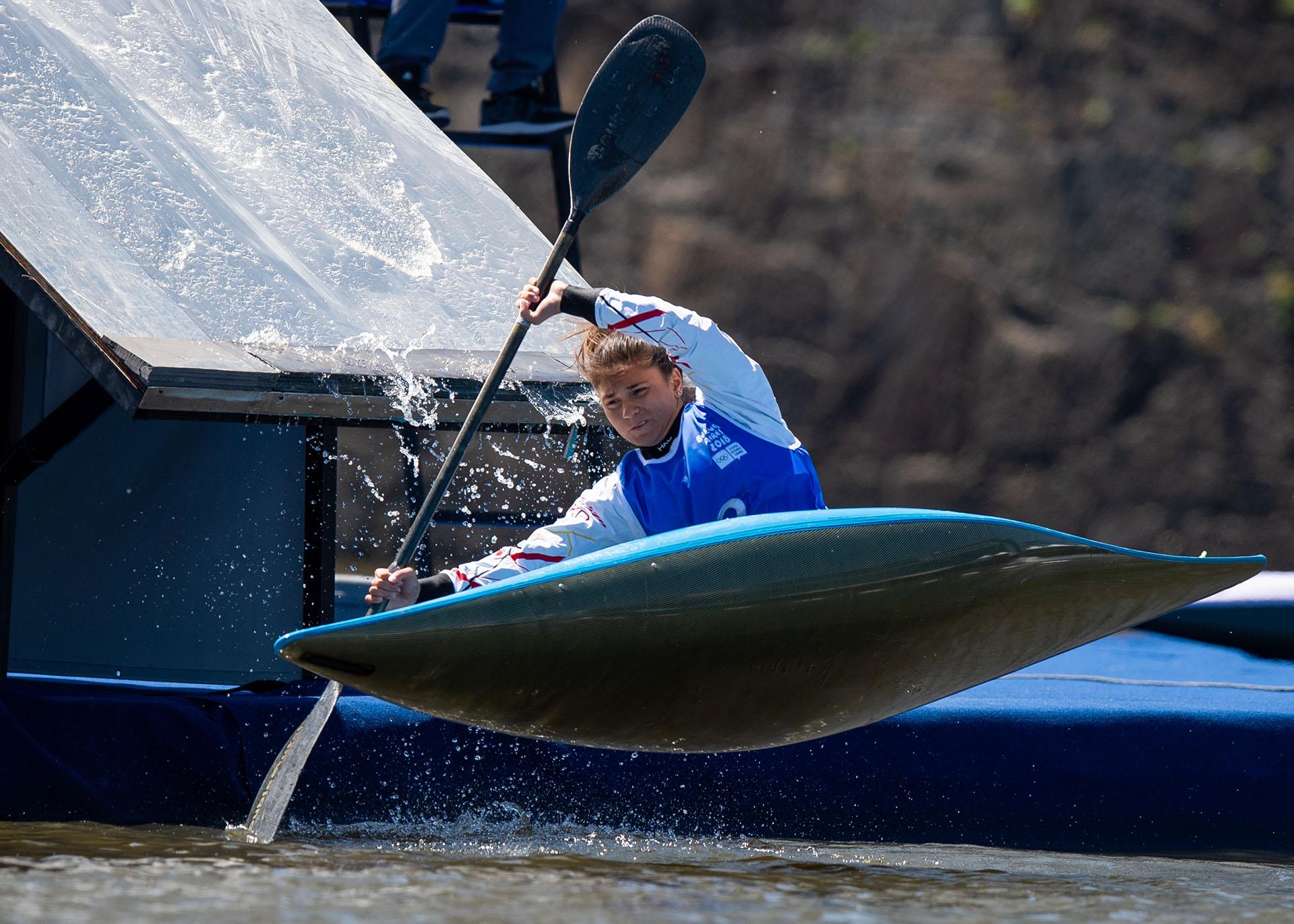La alemana Gina Zint, compitiendo durante el Slalom de Obstáculos de Kayak Femenino en los Diques de Puerto Madero, durante los Juegos Olímpicos de la Juventud Buenos Aires 2018(AFP)