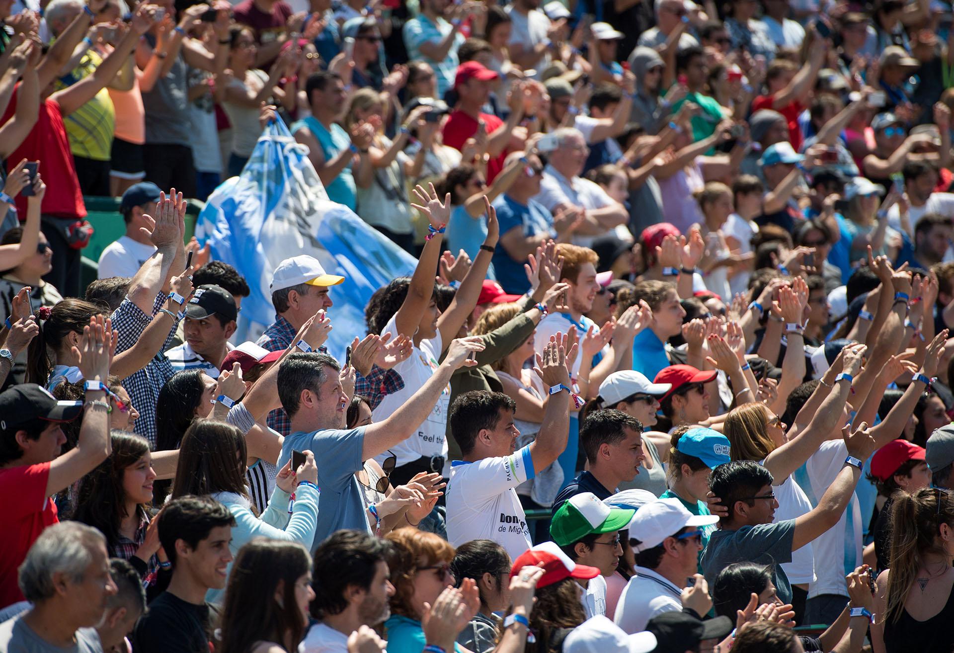 El público argentino, protagonista indiscutido de los Juegos Olímpicos de la Juventud. En esta toma acompañan a los tenistas locales Sebastian Báez y Facundo Díaz Acosta en la final de Dobles Masculino que los consagró con el oro(REUTERS)