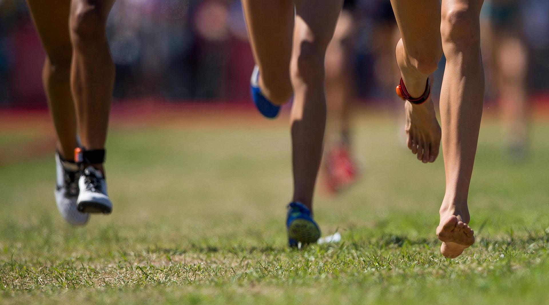 Carmie Prinsloo, de Rusia, corre descalza durante la final de Atletismo Femenino de Cross Country en el Pentatlón de los Juegos Olímpicos de la Juventud Buenos Aires 2018(REUTERS)