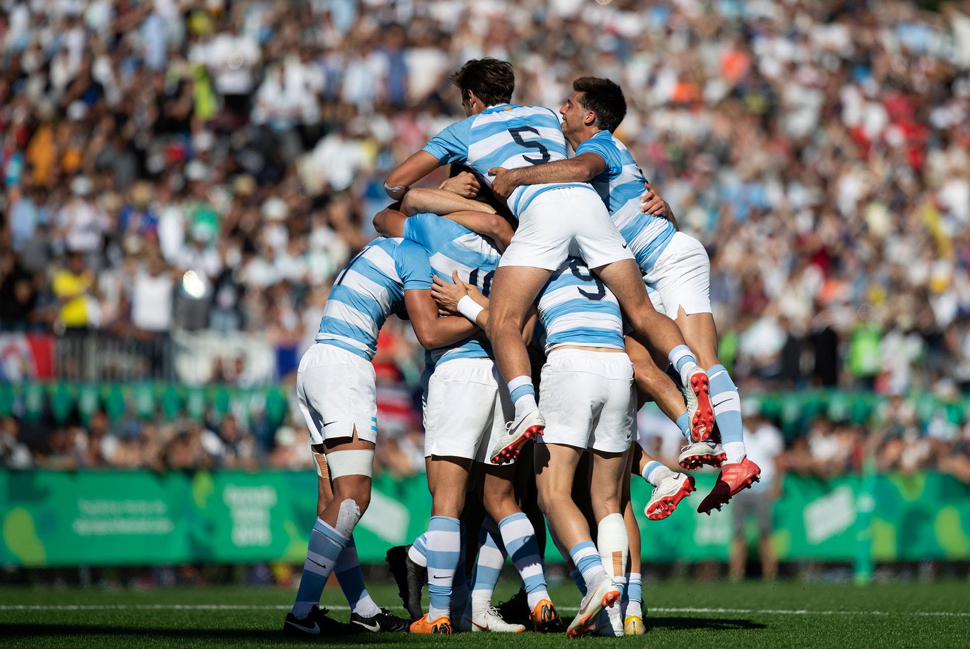 El seleccionado masculino argentino de Rugby Seven celebra la victoria en la final de la disciplina que jugaron ante Francia y que les valió el oro luego de triunfar por 24-14 en el marco de los Juegos Olímpicos de la Juventud 2018 celebrados en Buenos Aires(REUTERS)