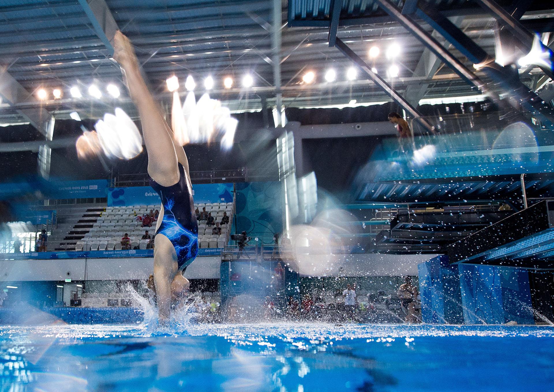 Tanya Watson, de Irlanda, en acción durante la práctica de saltos en el Natatorio Parque Olímpicos de la Juventud(REUTERS)
