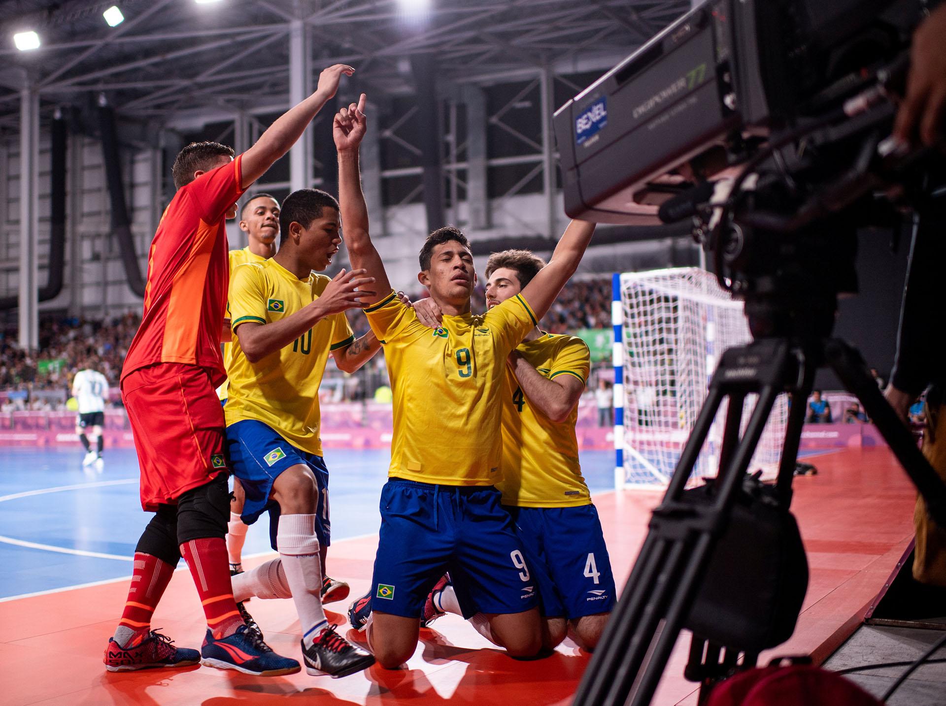 Guilherme Henrique Borges Sanches, de Brasil, celebra con sus compañeros tras convertir un gol ante la Argentina en la final de la disciplina Futsalde los Juegos Olímpicos de la Juventud 2018 celebrados en Buenos Aires (REUTERS)