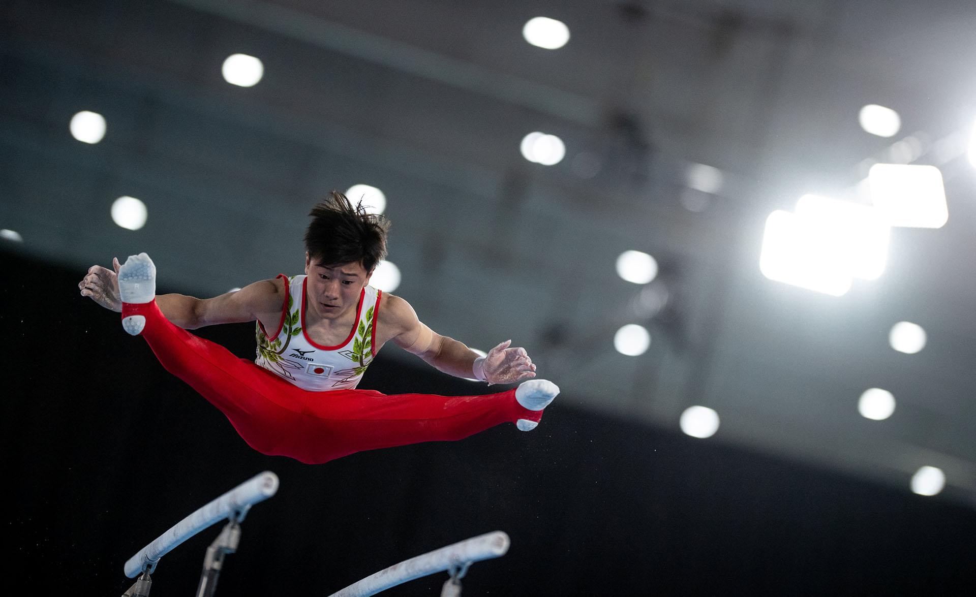 Takeru Kitazono, de Japón, compite en laFinal de Barras Paralelas de Hombres en la disciplina de Gimnasia Artística realizadas en el Pabellón América(REUTERS)