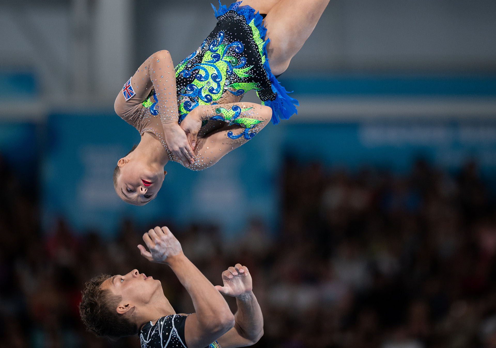 La pareja británica conformada por Sophia Imrie-Gale y Clyde Gembickas,en acción durante la prueba de Gimnasia Acrobática Mixta realizada en el Pabellón América del Parque Olímpico durante los Juegos Olímpicos de la Juventud 2018 celebrados en Buenos Aires (REUTERS)