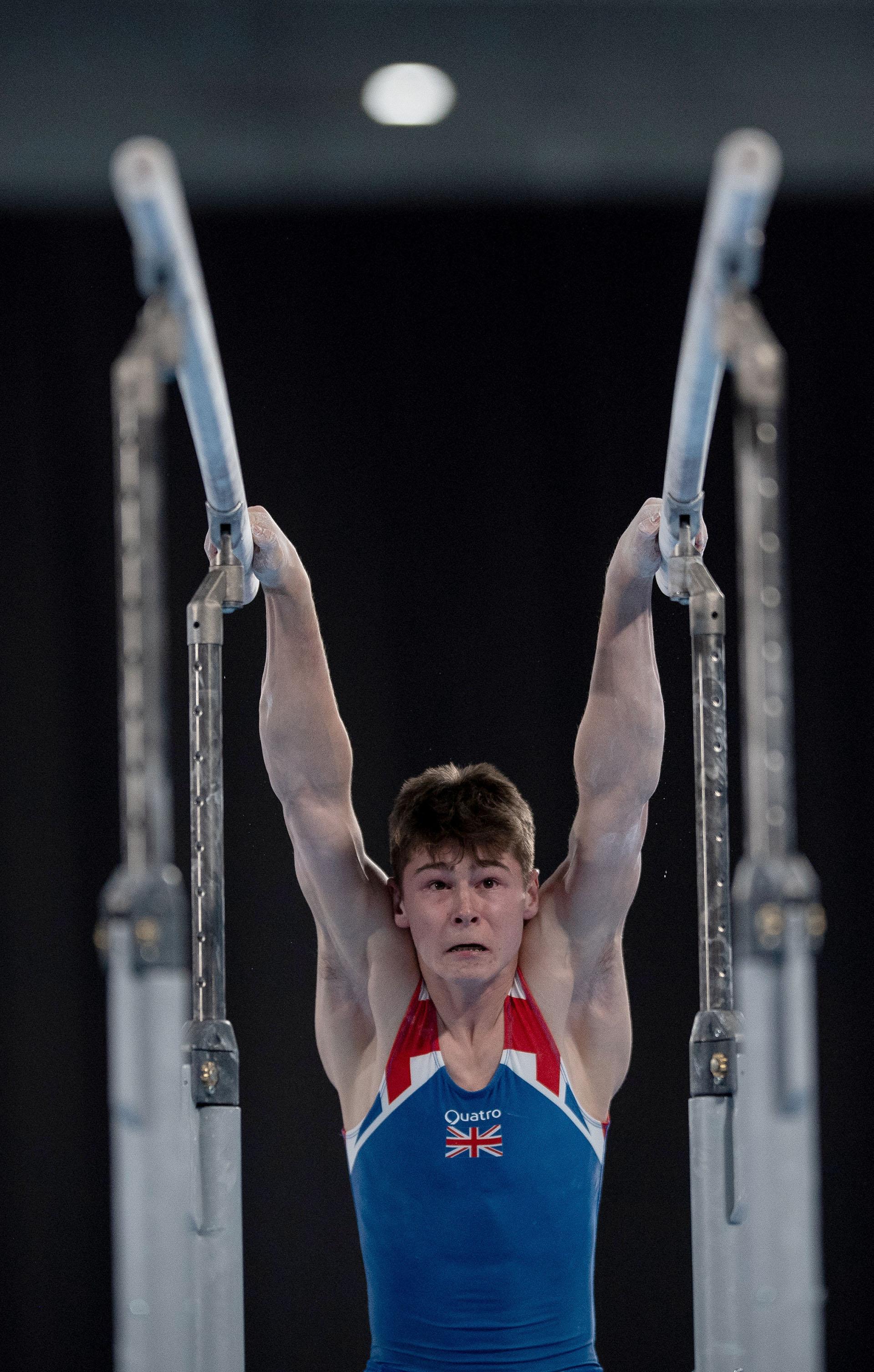 Adam Tobin, de Gran Bretaña, en la final de Paralelas de Gimnasia Artística (REUTERS)