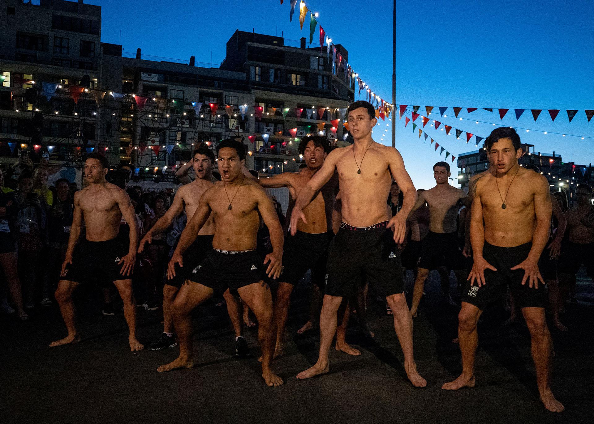 El equipo de Nueva Zelanda realiza un Haka en su ingreso a la Villa Olímpica de Buenos Aires ( REUTERS)