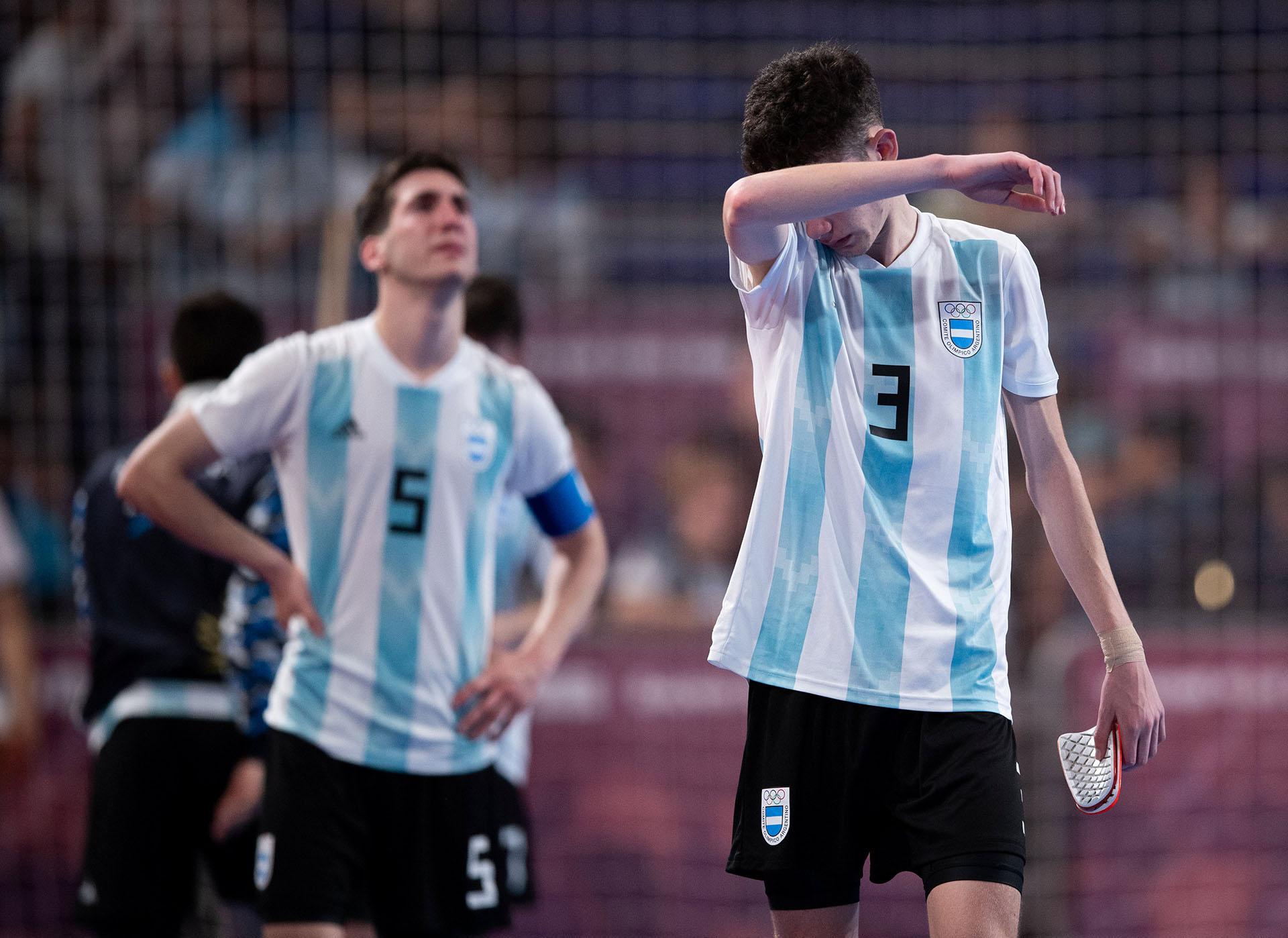 Alan De Candia y Facundo Gassmann no tienen consuelo tras la eliminación en futsal ante Brasil (Reuters)
