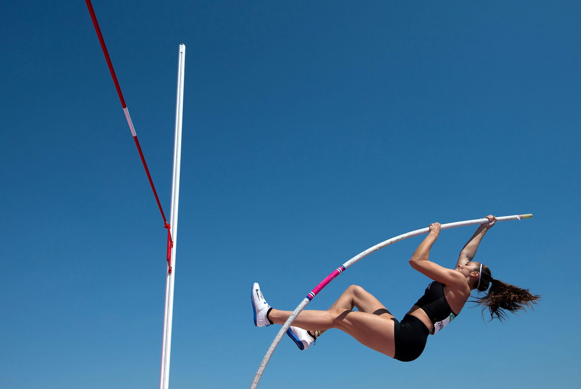 Alex Throndson, de Canadá, a punto de superar la marca en salto con garrocha (Reuters)