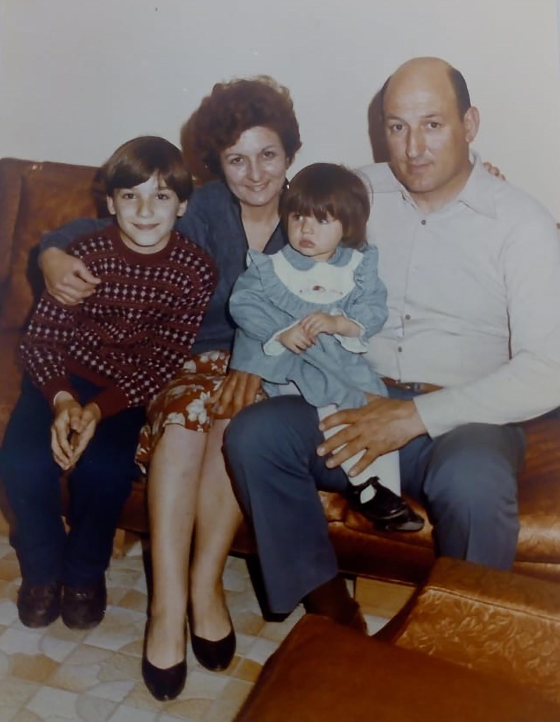 Con su familia adoptiva, cuando Natalia cumplió un año