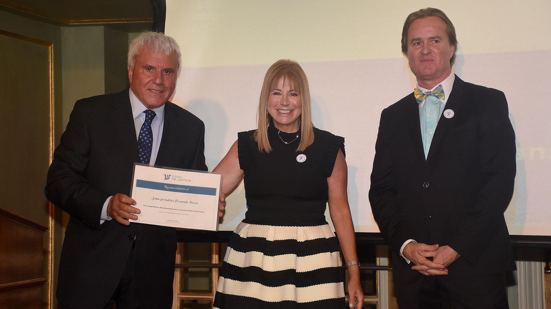 Fernando Bravo con su diploma junto a Diana Cohen Agrest y Martín Etchegoyen Lynch /// Fotos: Nicolás Stulberg