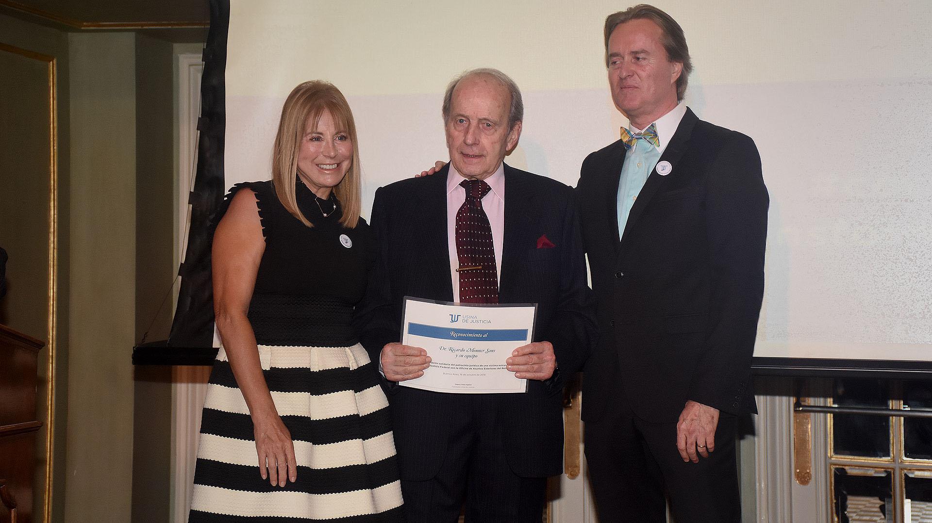 El abogado Ricardo Monner Sanz con su diploma