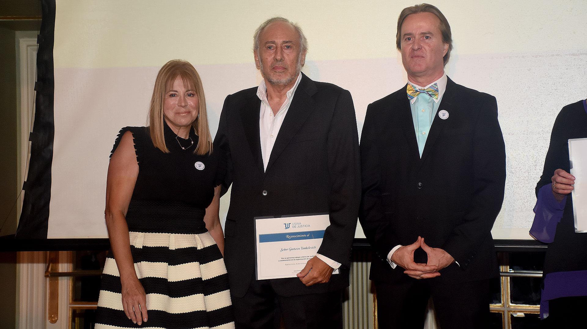 Gustavo Yankelevich con su diploma
