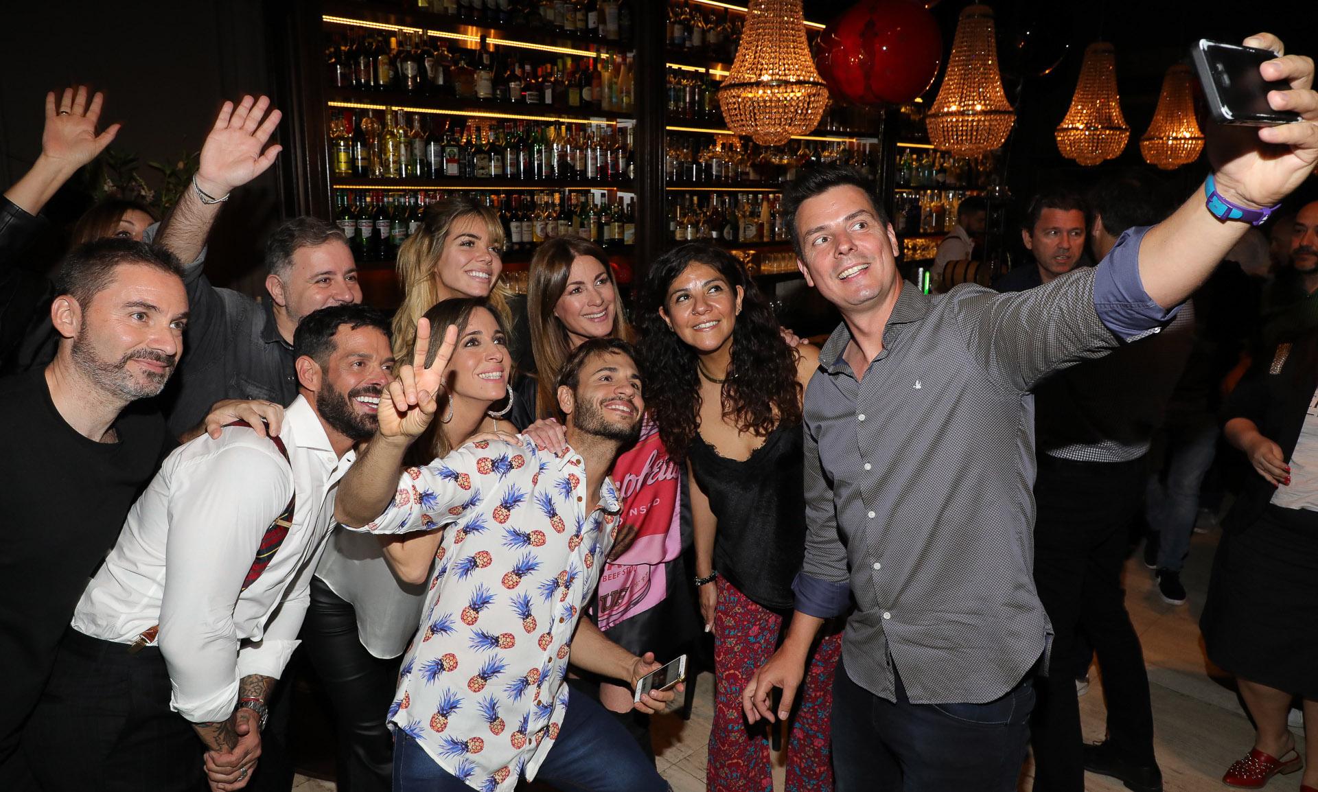 Santiago Zeyen sacando una selfie junto a sus compañeros