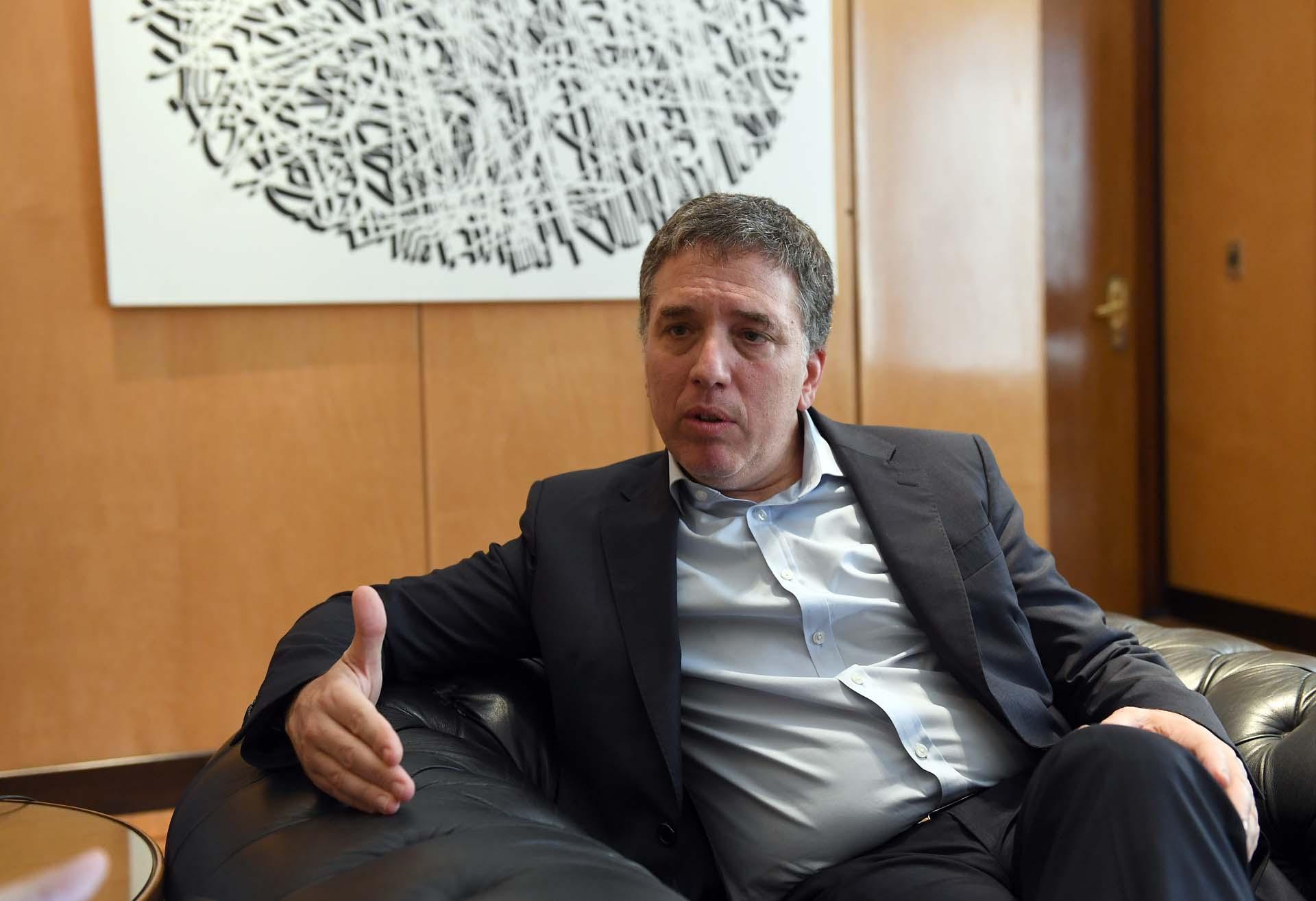 El ministro de Hacienda, Nicolás Dujovne, durante la entrevista con Infobae