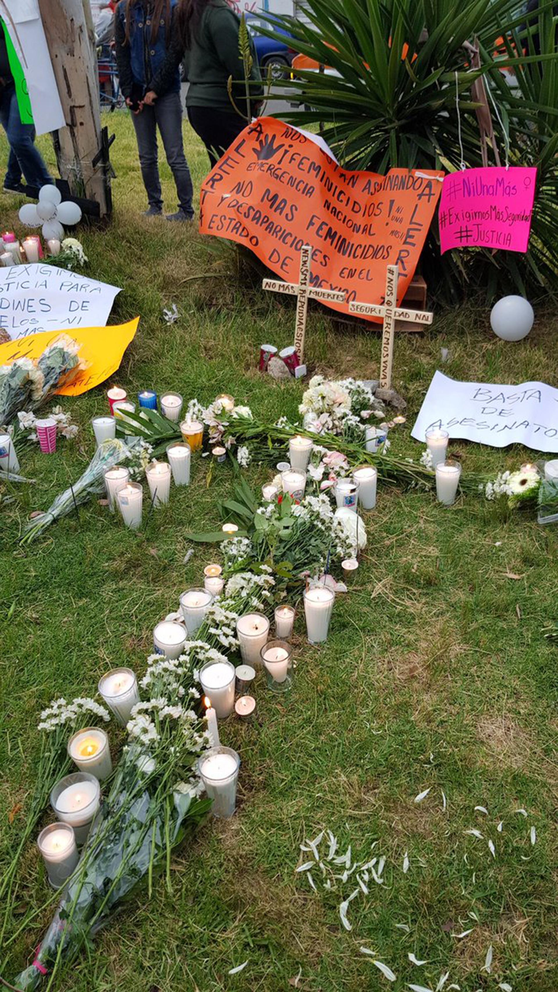 Ofrendas a las víctimas de la pareja feminicida en Ecatepec. (Foto: Especial)