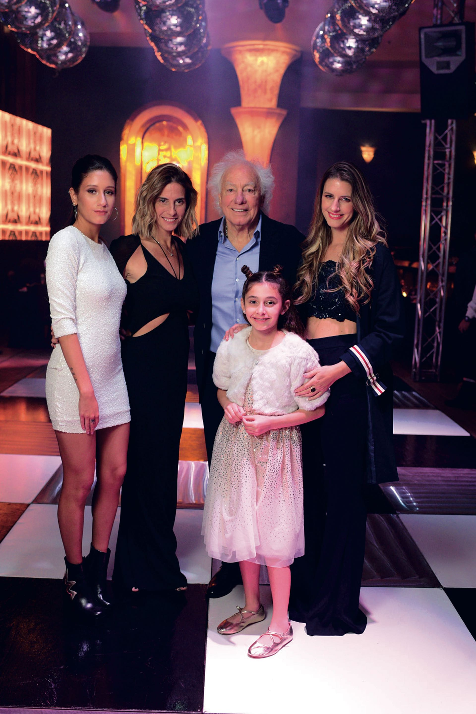 Guille con sus hijas Camila (19), Natalia (42), Bárbara (31) y Elisabetta (10). (Foto: archivo Gente)