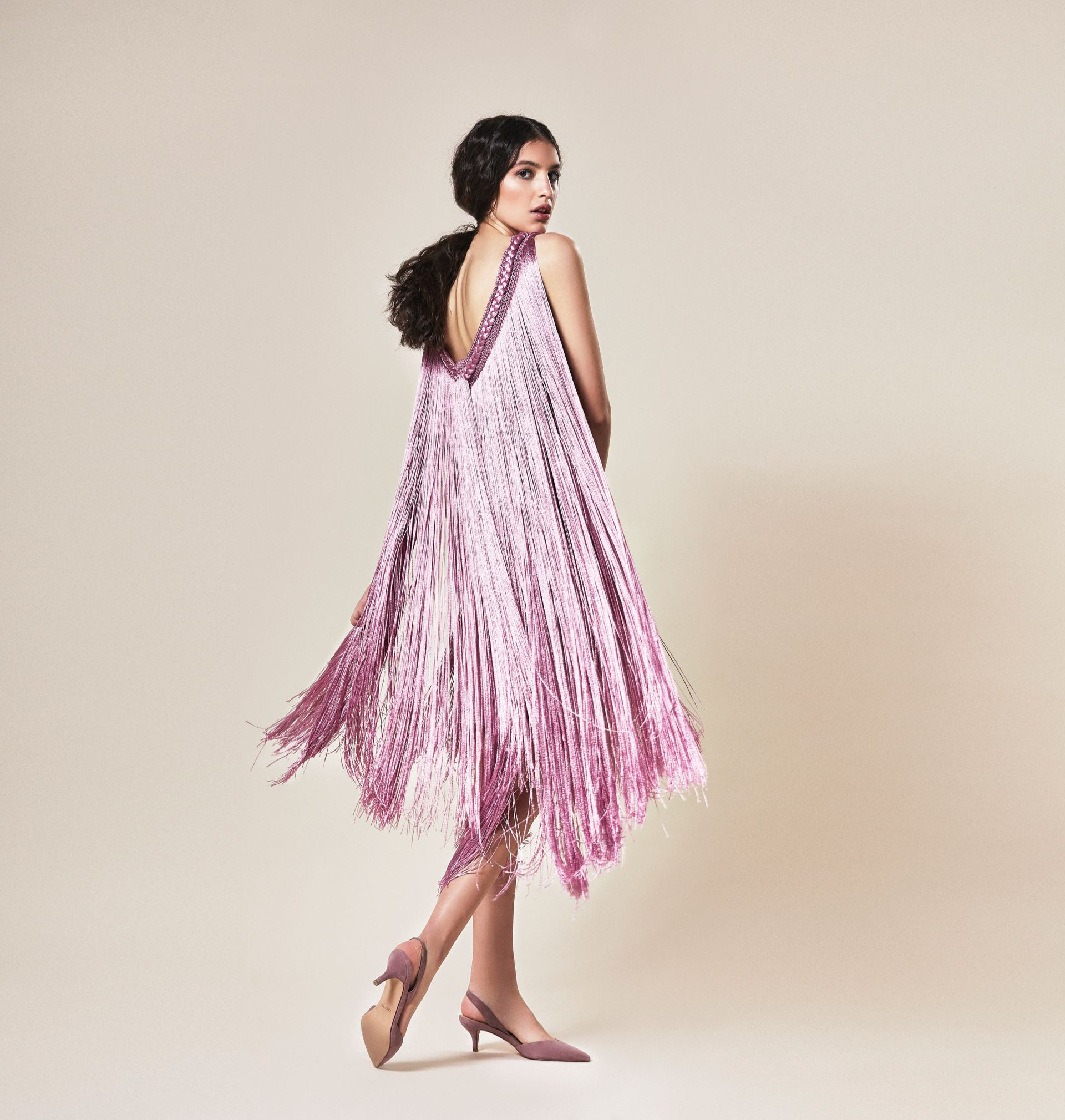 Vestido tejido en hilo de seda y cinturón de acrílico con strass (María Gorof) y stilettos con taco chupete ($ 2.900, Aldo para Grimoldi).
