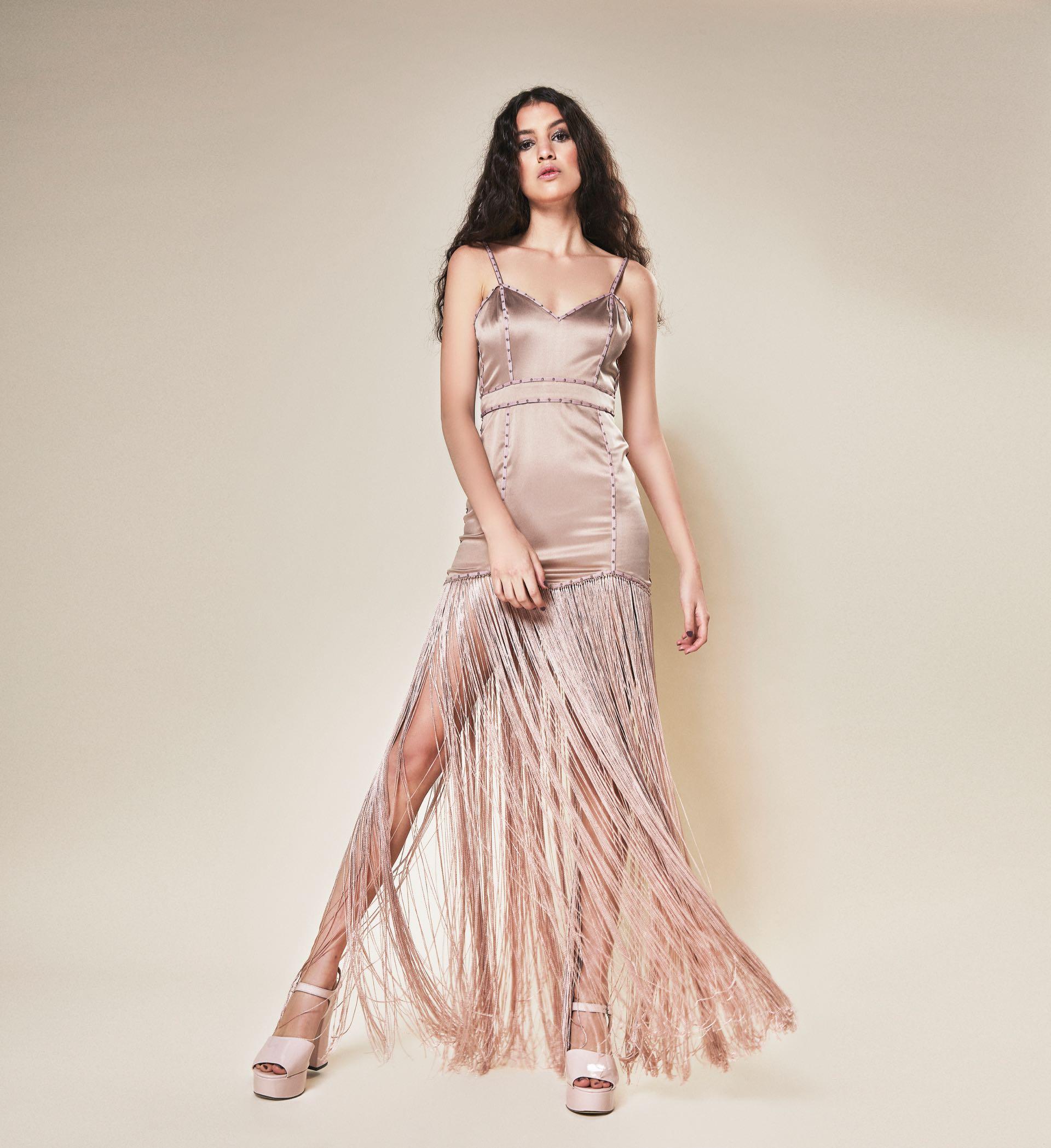 Vestido de satén elastizado con tachas y flecos de seda (Muscaria Couture) y sandalias con plataforma ($ 2.990, Viamo).