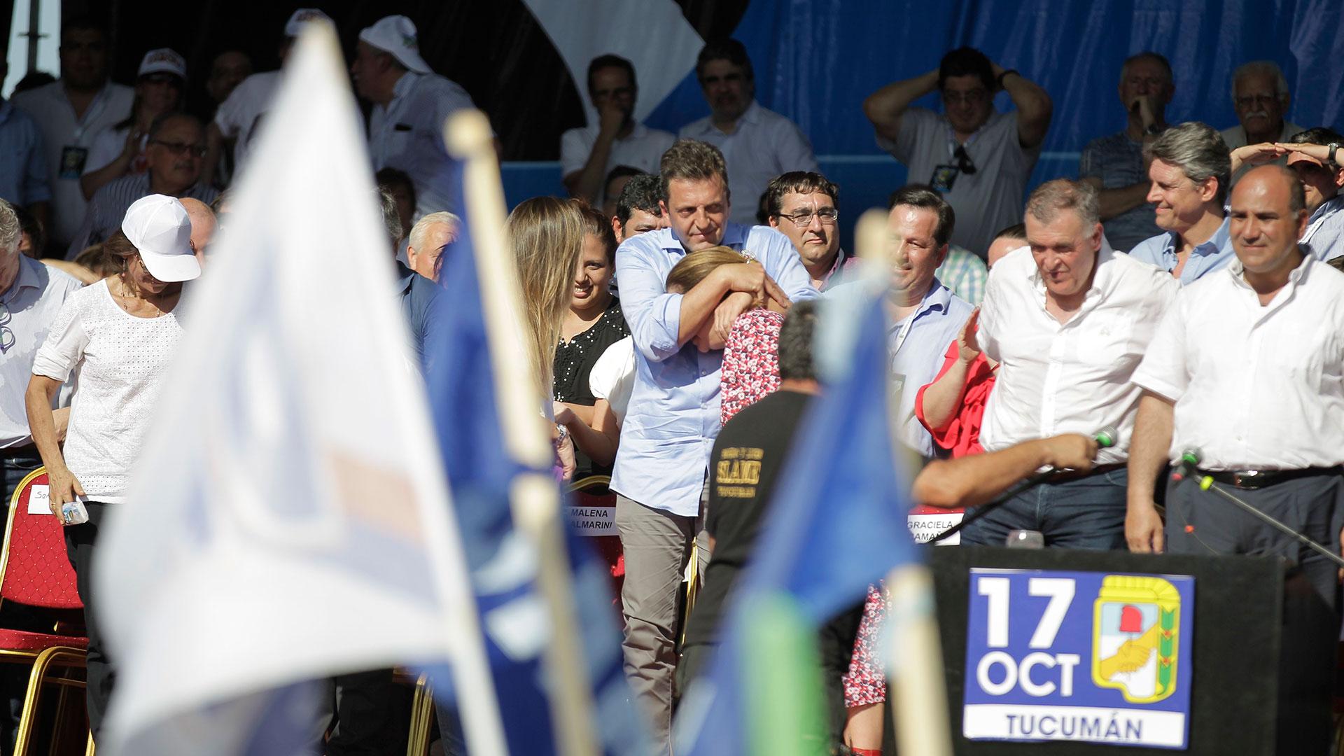 El líder del Frente Renovador, Sergio Massa, abraza a la diputada Graciela Camaño