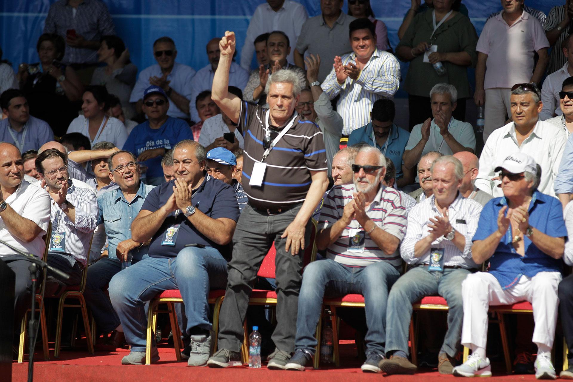 El saludo de Carlos Acuña. A su lado, Héctor Daer, Roberto Fernández, Andrés Rodríguez y Luis Barrionuevo