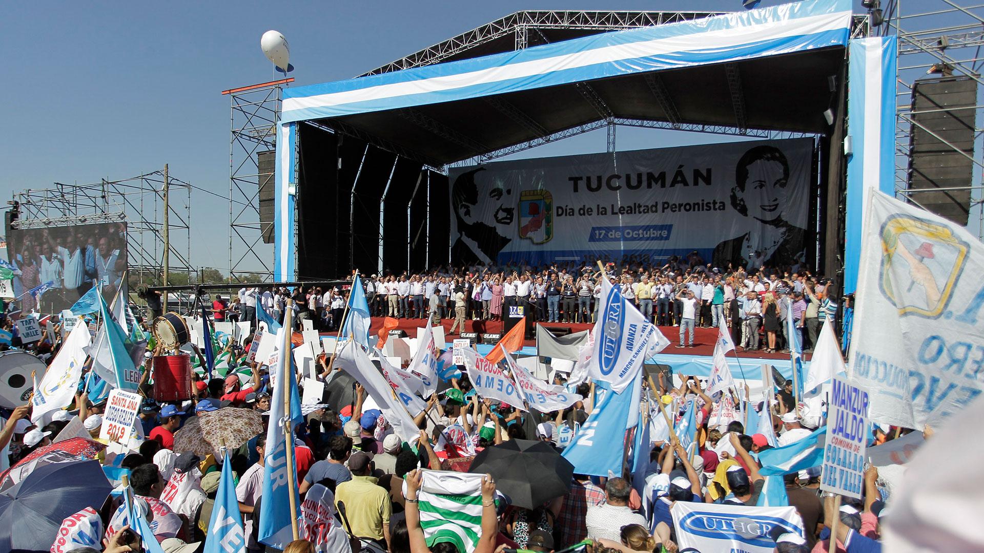 El palco con los dirigentes peronistas, en una jornada calurosa en Tucumán