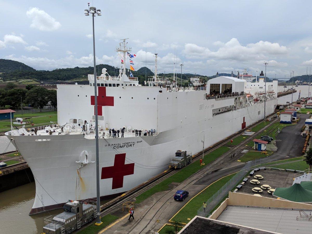 El USNS Comfort durante su paso por el Canal de Panamá (Foto: Twitter @USEmbPAN)