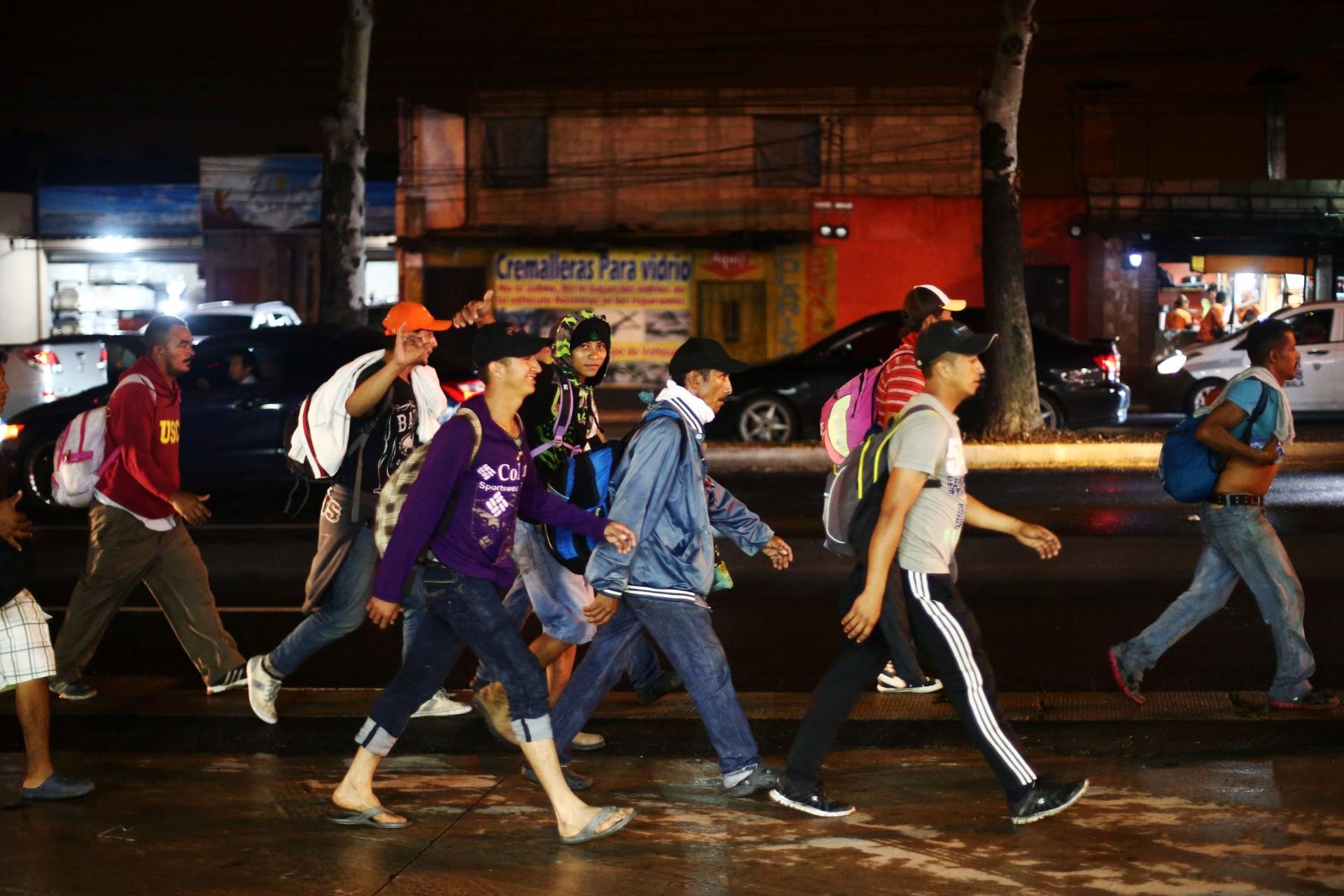Migrantes hondureños, parte de la caravana que se dirige a los EEUU, caminan en Ciudad de Guatemala (Reuters)