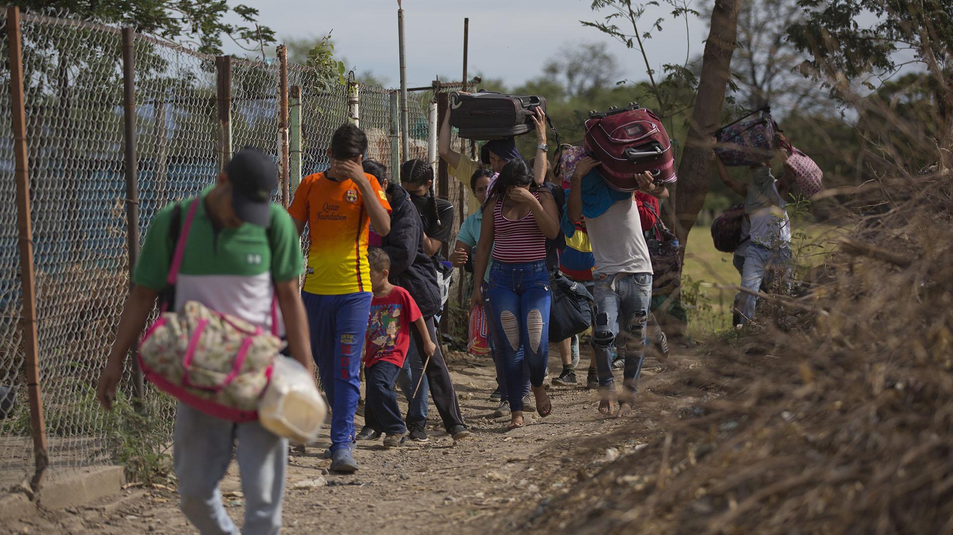 Venezolanos cruzando ilegalmente la frontera con Colombia en Villa del Rosario (AP Photo/Ariana Cubillos)