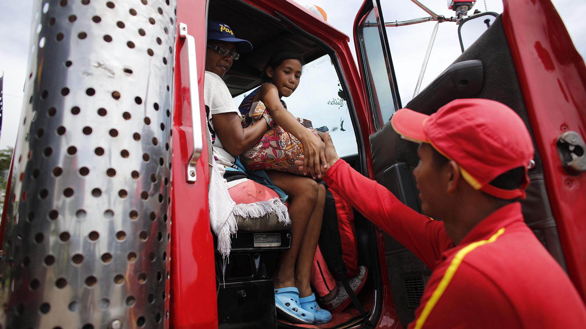 Mucho venezolanos intentan recibir aventones, pero pocos colombianos paran por los rumores de migrantes violentos (AP Photo/Ariana Cubillos)