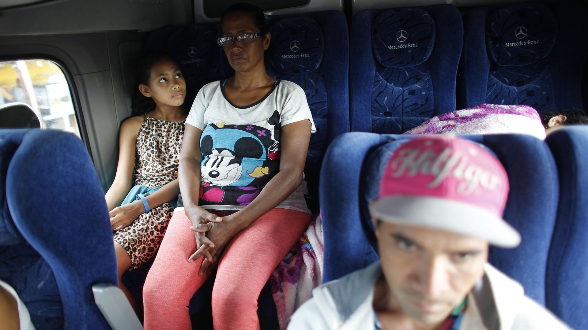 Gracias a donaciones espontáneas, Sandra Cadiz y su hija pudieron hacer parte del trayecto en autobús(AP Photo/Ariana Cubillos)