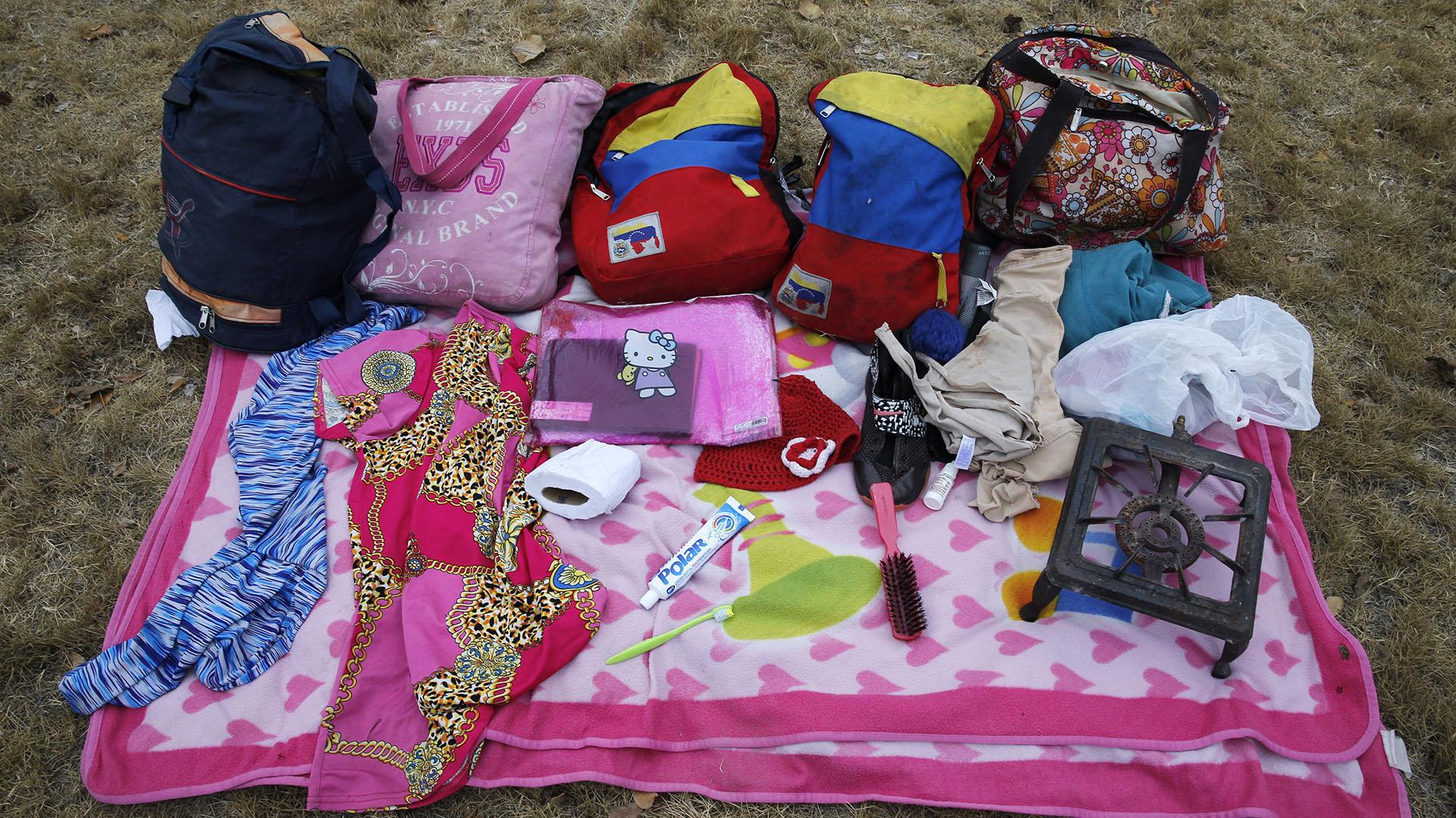 El equipaje que Sandra Cadiz y su hija llevaron en la travesíahacia el Perú (AP Photo/Ariana Cubillos)