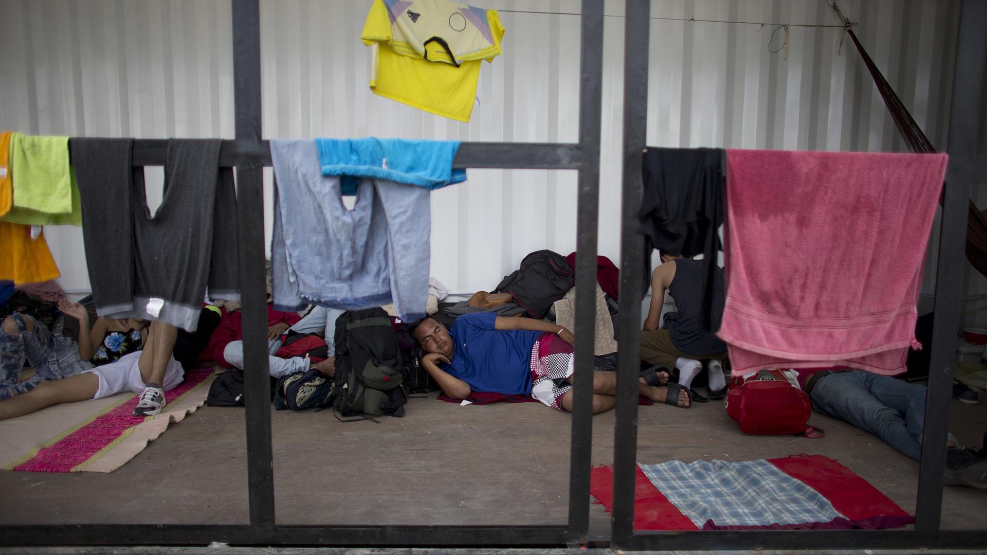 Migrantes esperan su turno en migraciones en Aguas Verdes, Perú (AP Photo/Ariana Cubillos)