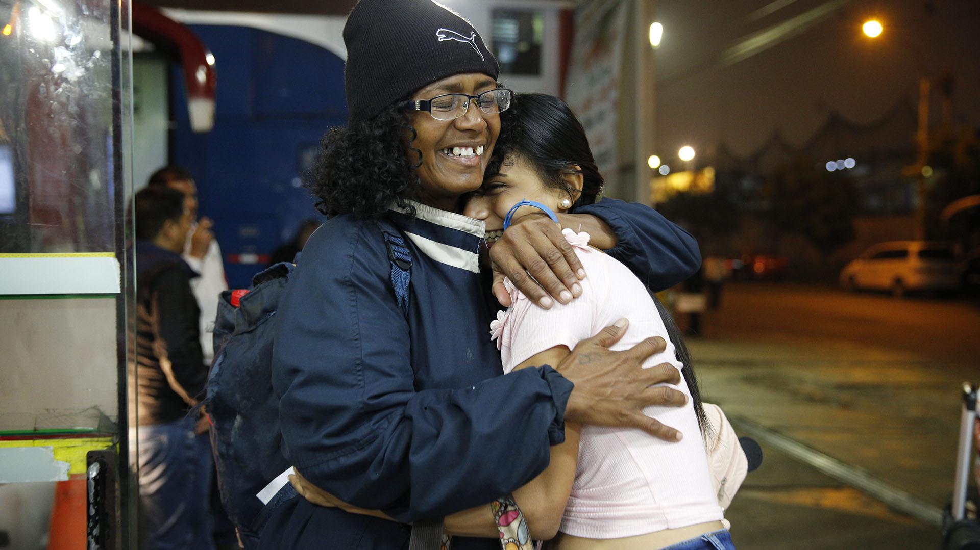 Sandra Cadiz y su hija celebran la llegada a Lima tras un largo camino (AP Photo/Ariana Cubillos)