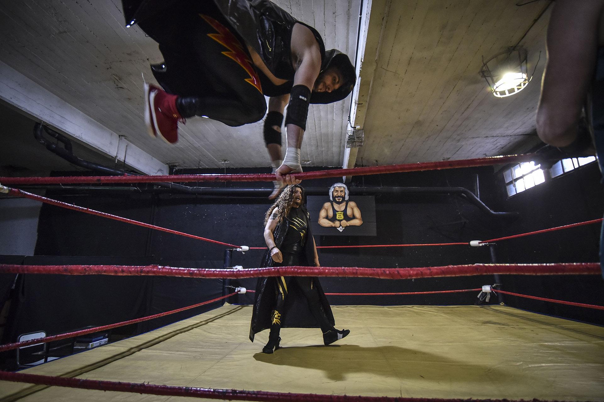 """""""Hasta a mí me dan ganas de meterme al ring cuando los veo así. Y les sale tan bien que hasta parece sencillo"""", se escucha al costado del cuadrilátero, mientras los luchadores vuelan"""
