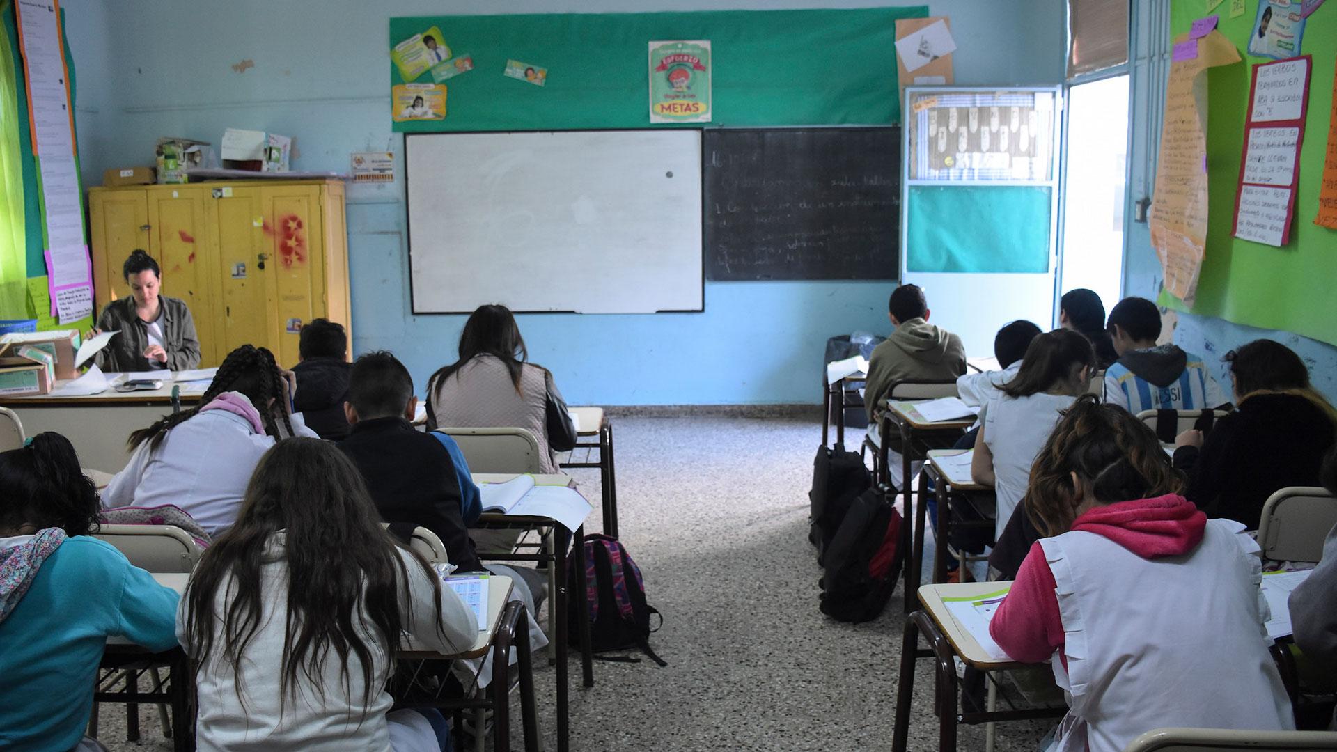 Alumnos de sexto grado durante la prueba Aprender