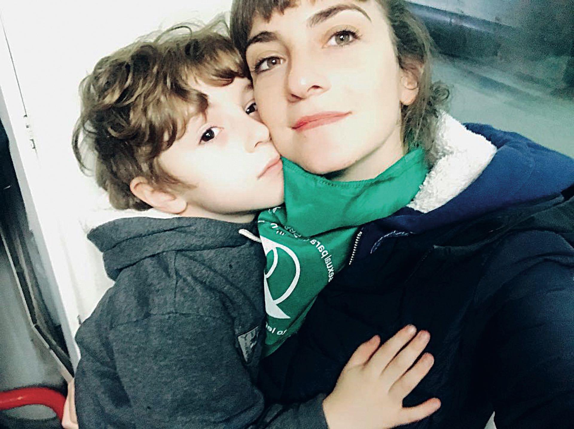 Julieta Zylberberg junto a su hijo Luis