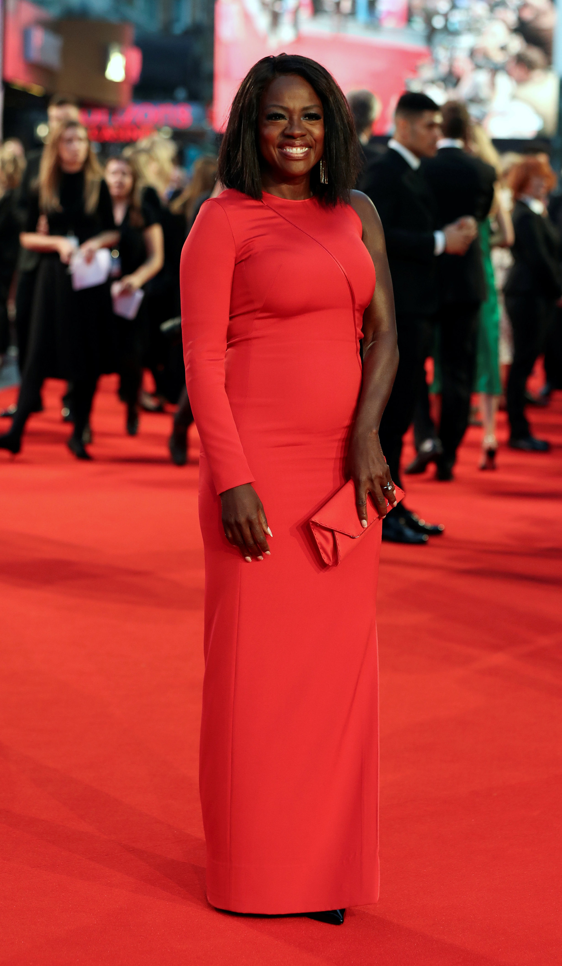 Lady in red: Viola Davis cautivó con su look completo en colorado