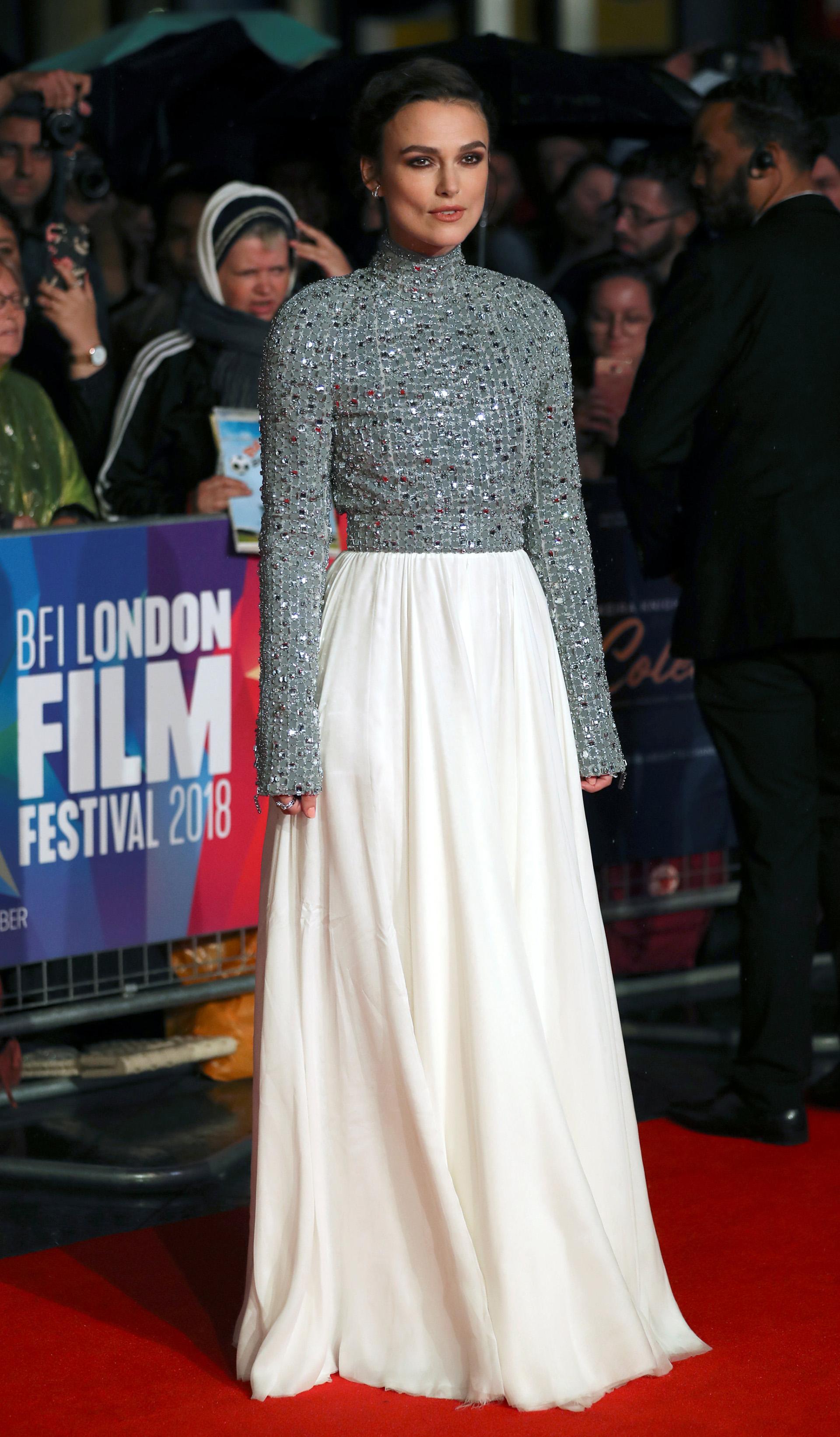 Keira Knightley brilló en la red carpet con este conjunto de blusa y falda