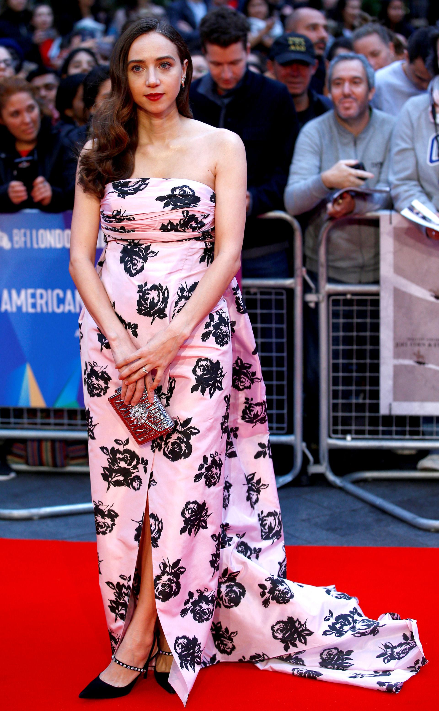 Zoe Kazan también eligió un vestido strapless, aunque con cola y un tajo frontal
