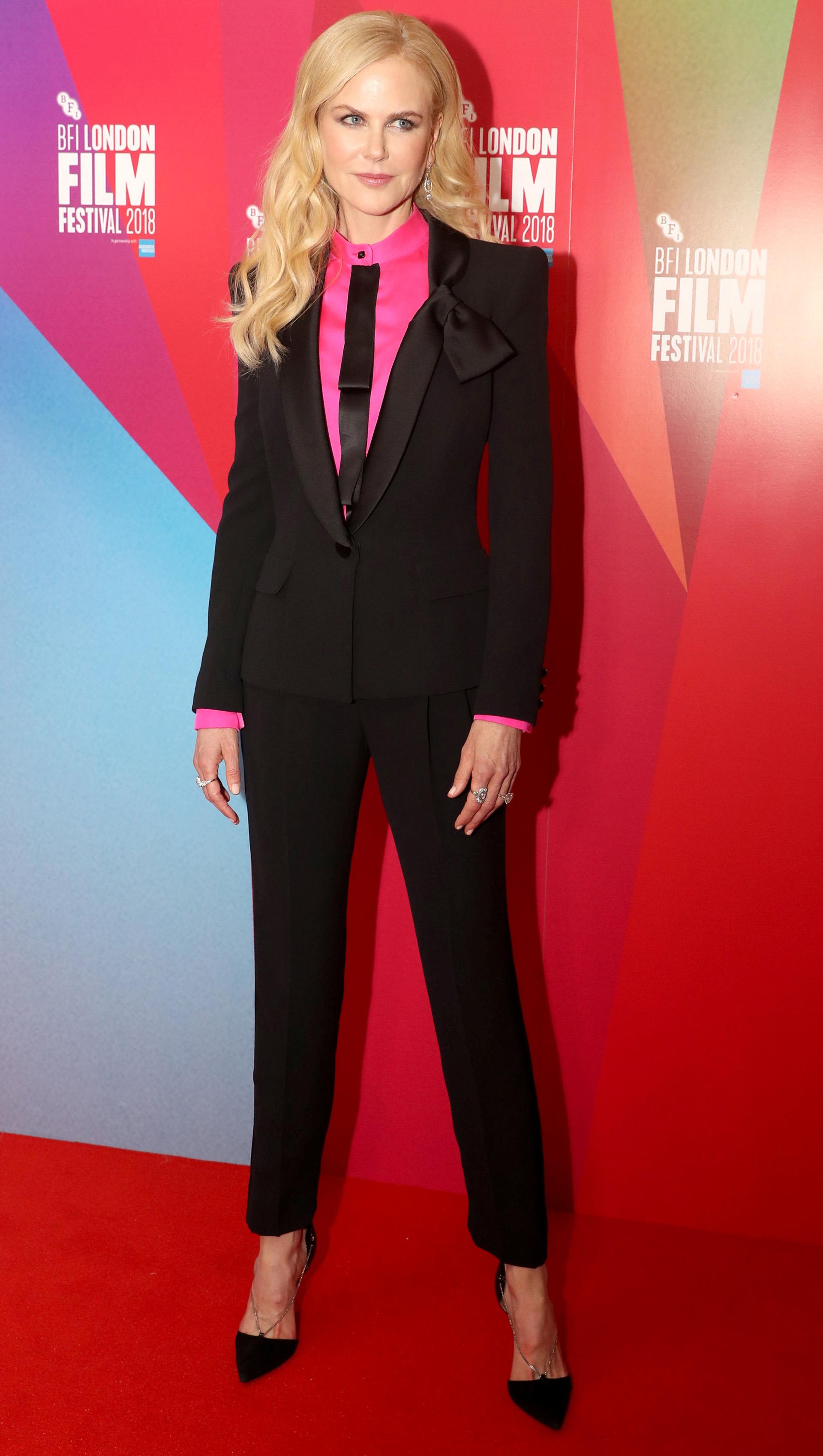 Nicole Kidman cautivó con su elegancia con este traje negro, delicadamente combinado con una blusa fucsia y corbatín, a su llegada al Festival de Cine de Londres