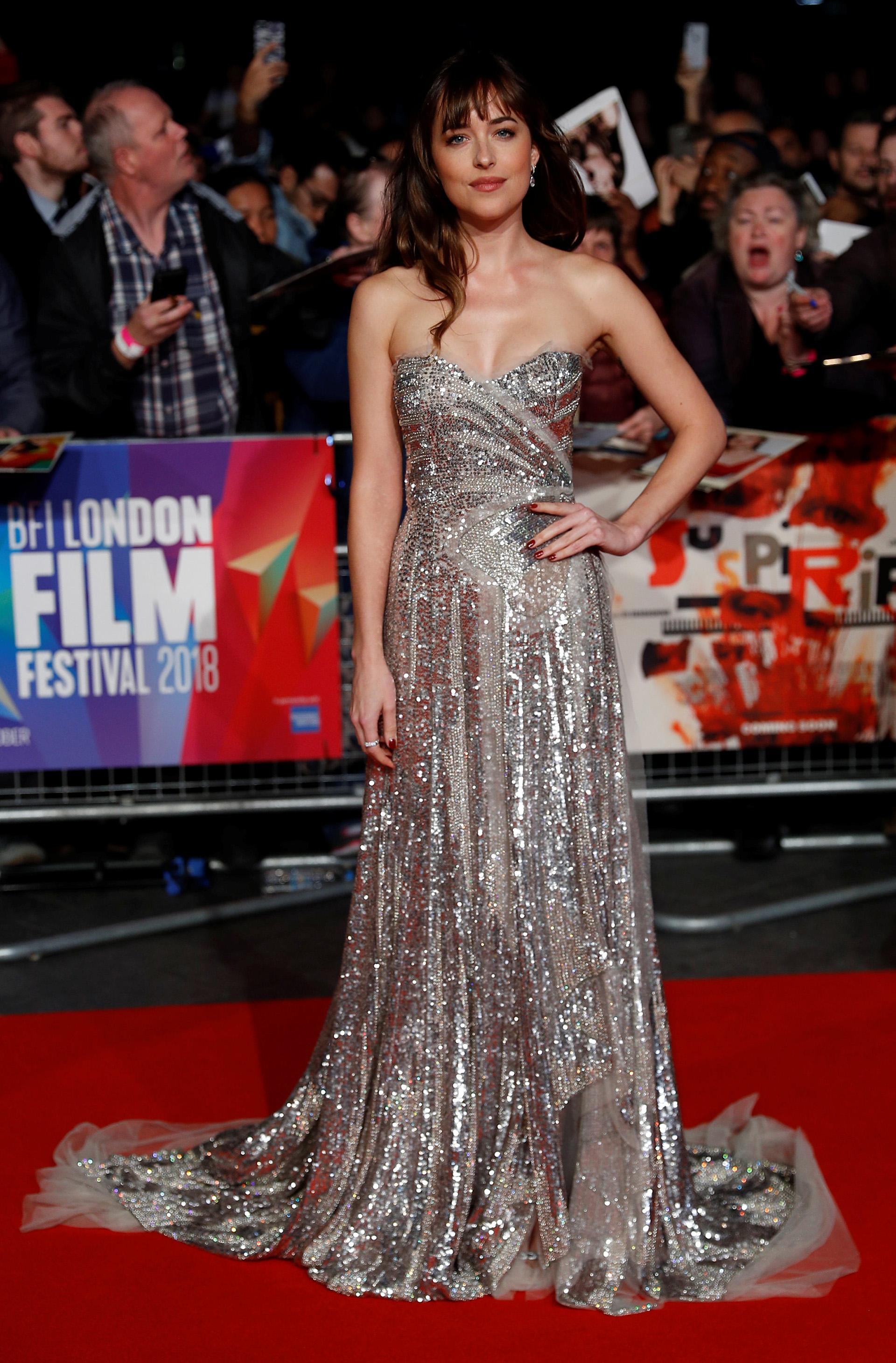 Dakota Johnson lució fabulosa con un vestido strapless con paillettes y tul