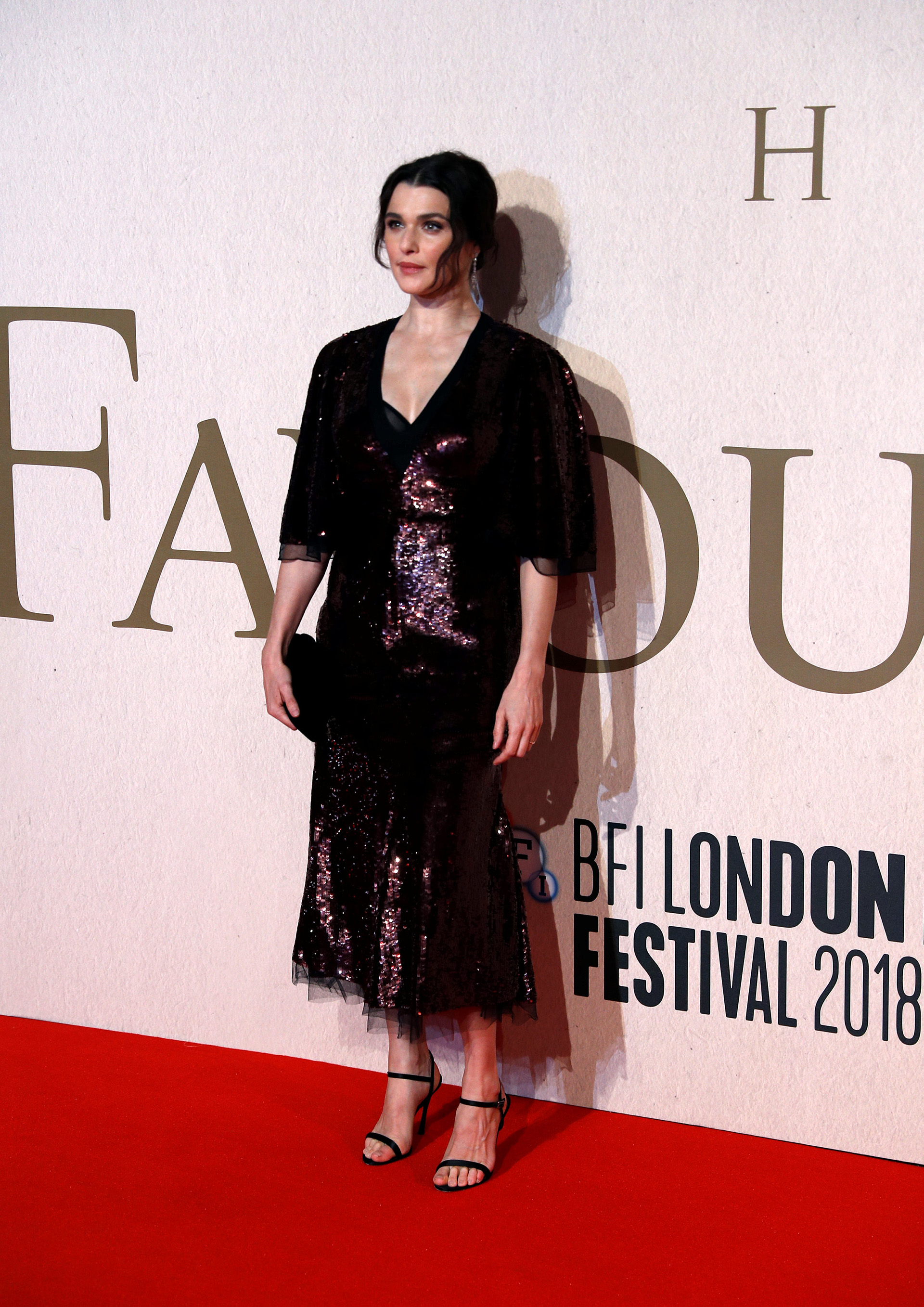 Rachel Weisz eligió una delicada combinación de paillettes y tul, con una falda por debajo de la rodilla