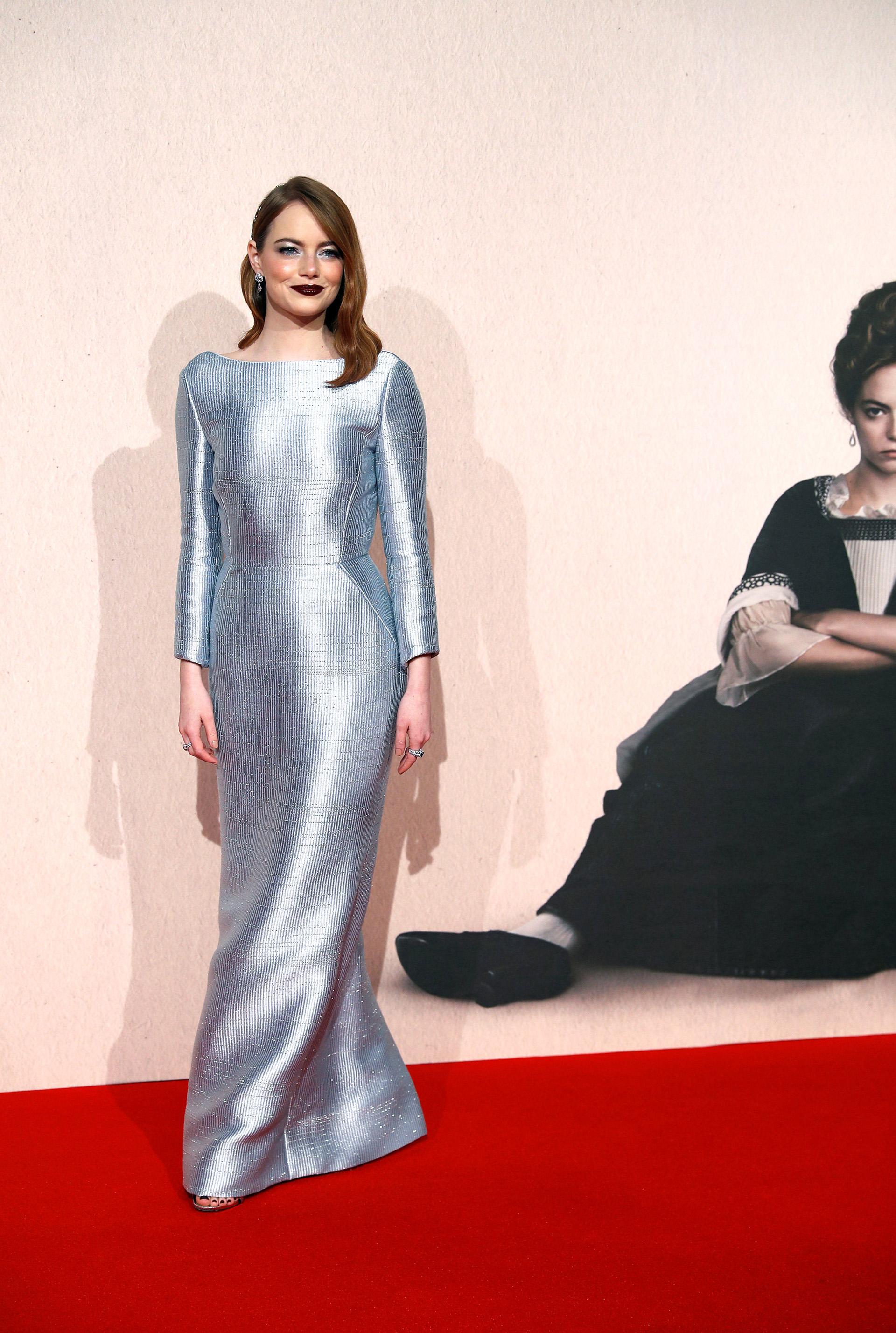 Emma Stone lució fabulosa con este vestido plata que destacaba su estilizada figura